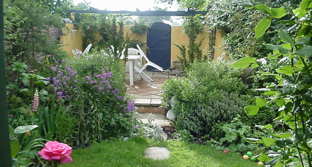 The garden had previously been designed with a series of 'rooms' to disguise the length and narrowness of the plot. Pergolas and trellis provided the divisions and climbers and cottage style plants predominated.