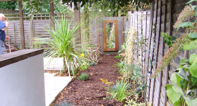 To create a feeling of space, the fence dividing our client's garden and the 'corridor' to the neighbour's garden behind was removed