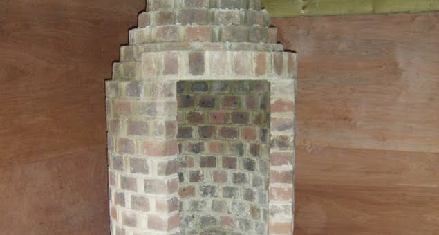 A beautiful and practical circular chimney was constructed which can be used either to barbecue, or simply to warm the room for use all year round.