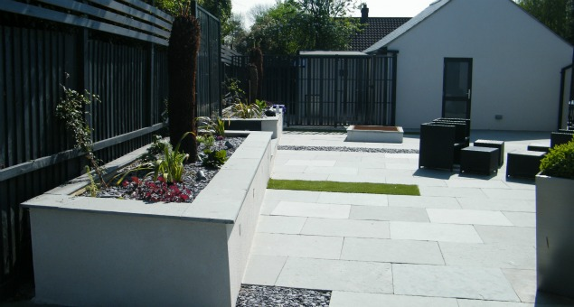 The sociable side garden with metal screen in front of the dog run